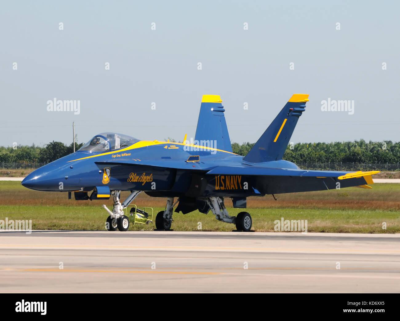 Miami, USA - Noviembre 6, 2010: Blue Angels visitando jet de combate número 1 base de la reserva aérea Imagen De Stock