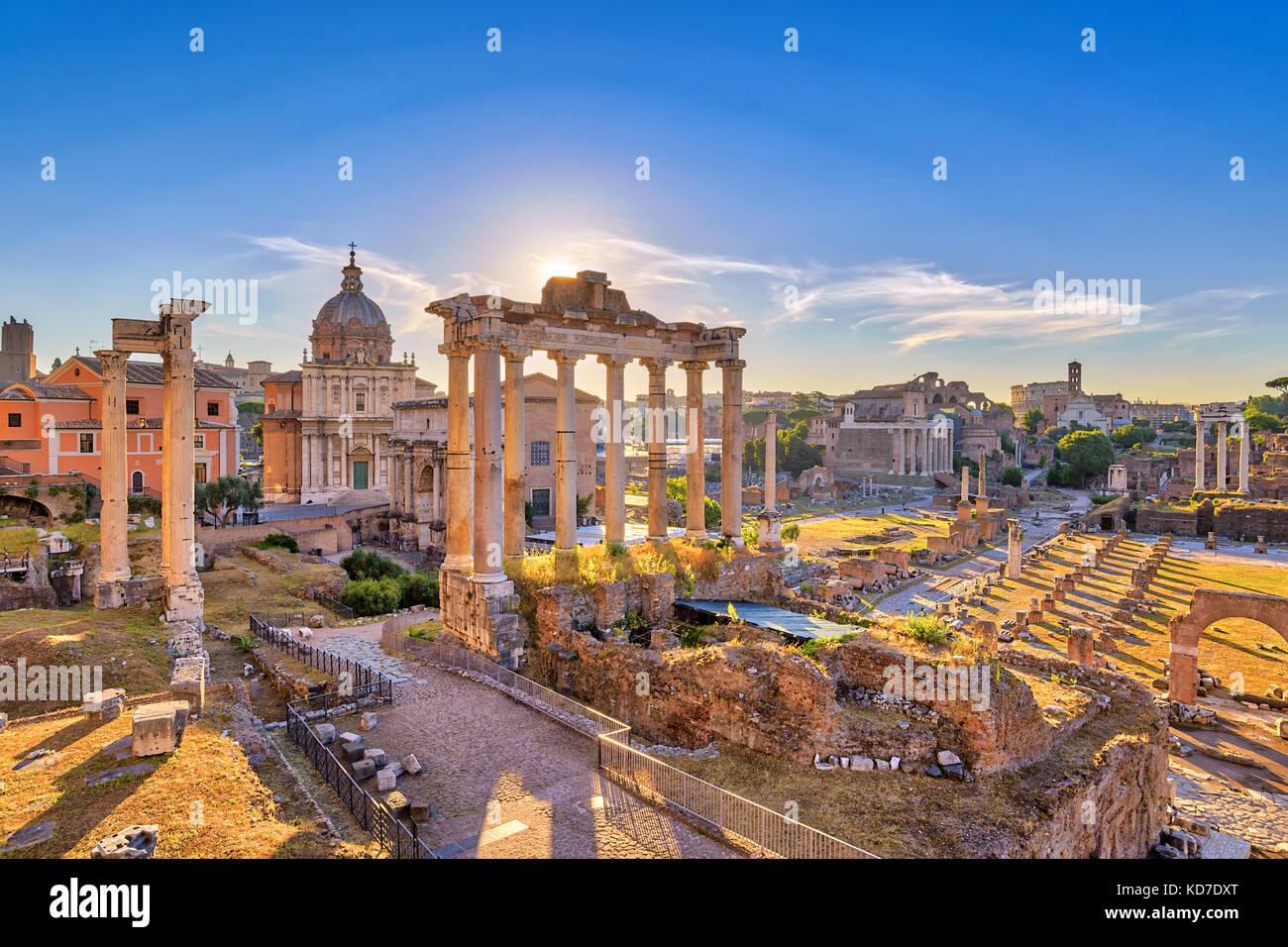 Amanecer en el horizonte de la ciudad de Roma Roma Forum (Foro romano), Roma, Italia Imagen De Stock