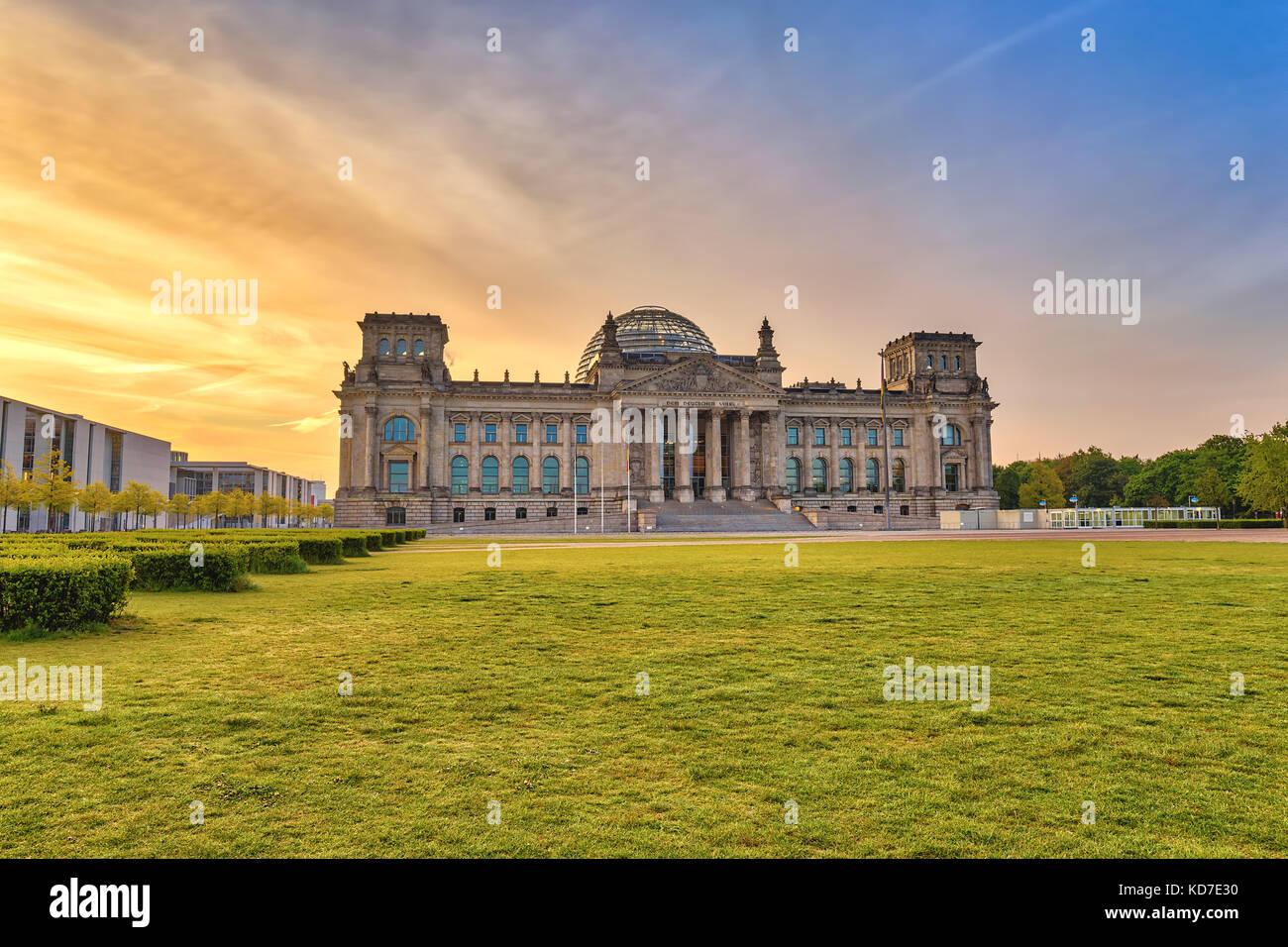 Amanecer en el horizonte de la ciudad de Berlín Reichstag (parlamento alemán), Berlín, Alemania Imagen De Stock