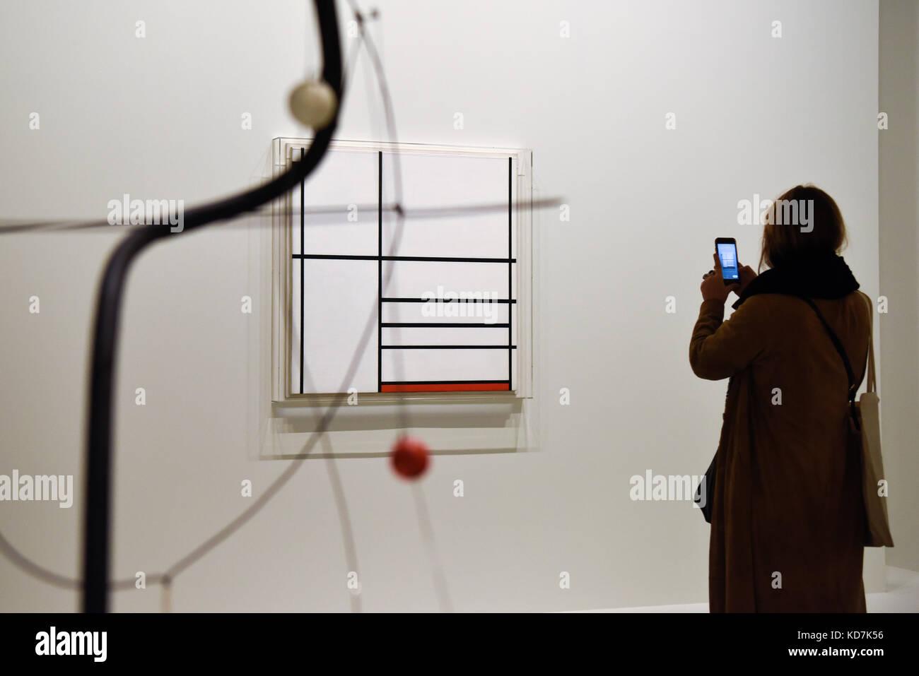 (171010) - París, oct. 10, 2017 (Xinhua) -- un visitante toma fotografías de Piet Mondrian la composición Imagen De Stock