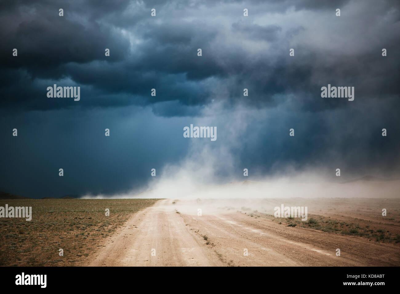 Tormenta de polvo en un camino de tierra, Ulgii, Mongolia Foto de stock