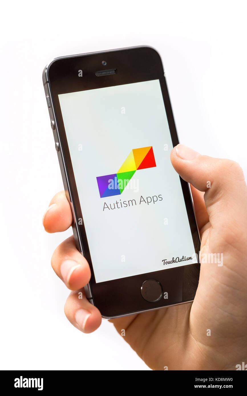 Un niño con autismo la app en un teléfono móvil Imagen De Stock