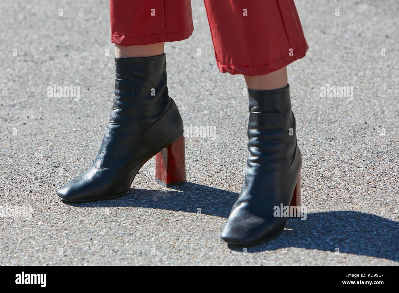 50b9d7a2 Milán - 20 de septiembre: mujer con botas de cuero negro con tacones ...