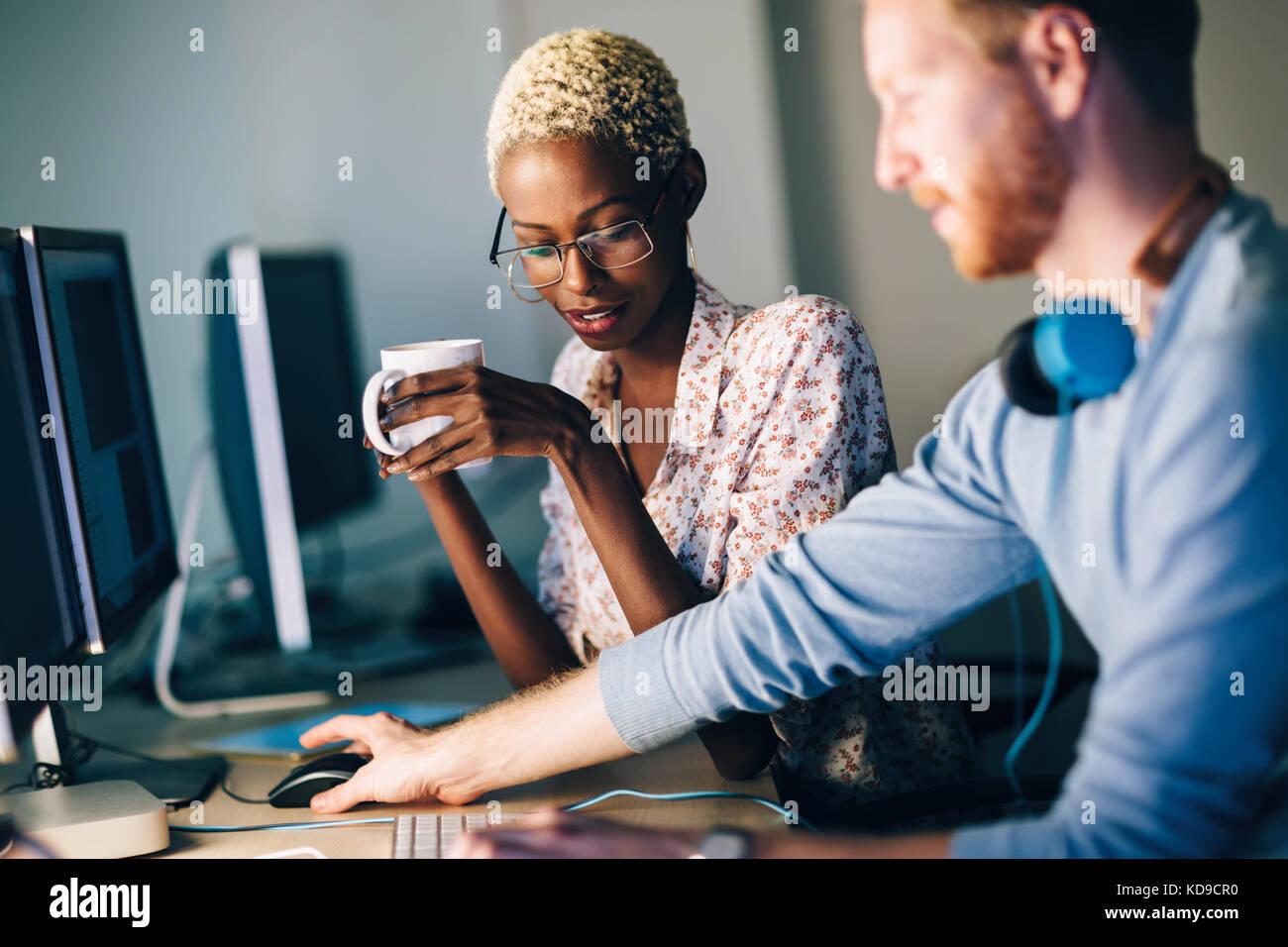 Los ingenieros de software que trabajan en el proyecto y la programación en la empresa Foto de stock