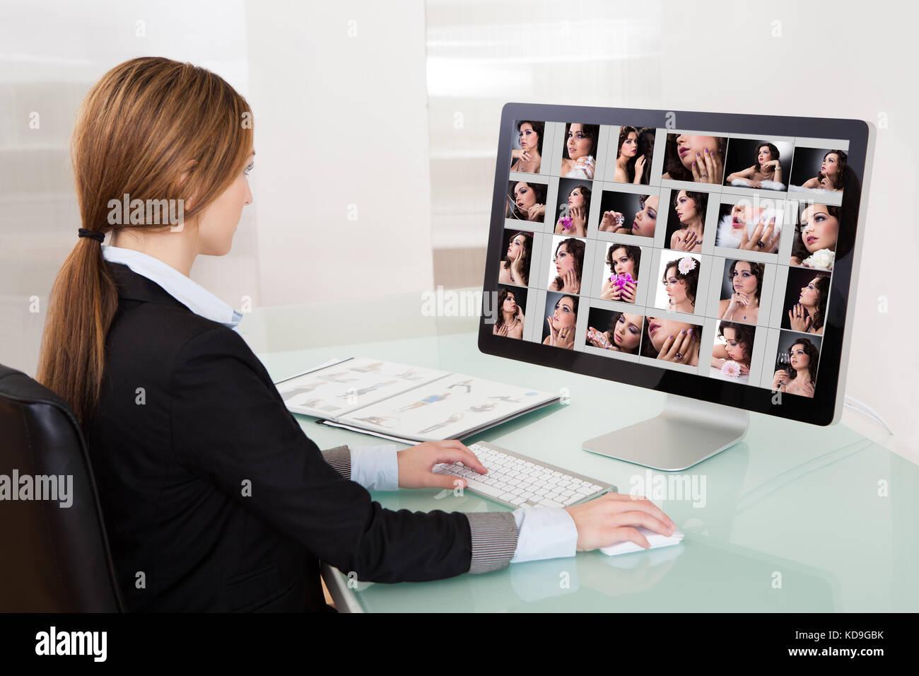 Mujer trabajando en el diseñador de ordenador en la oficina. Foto de stock