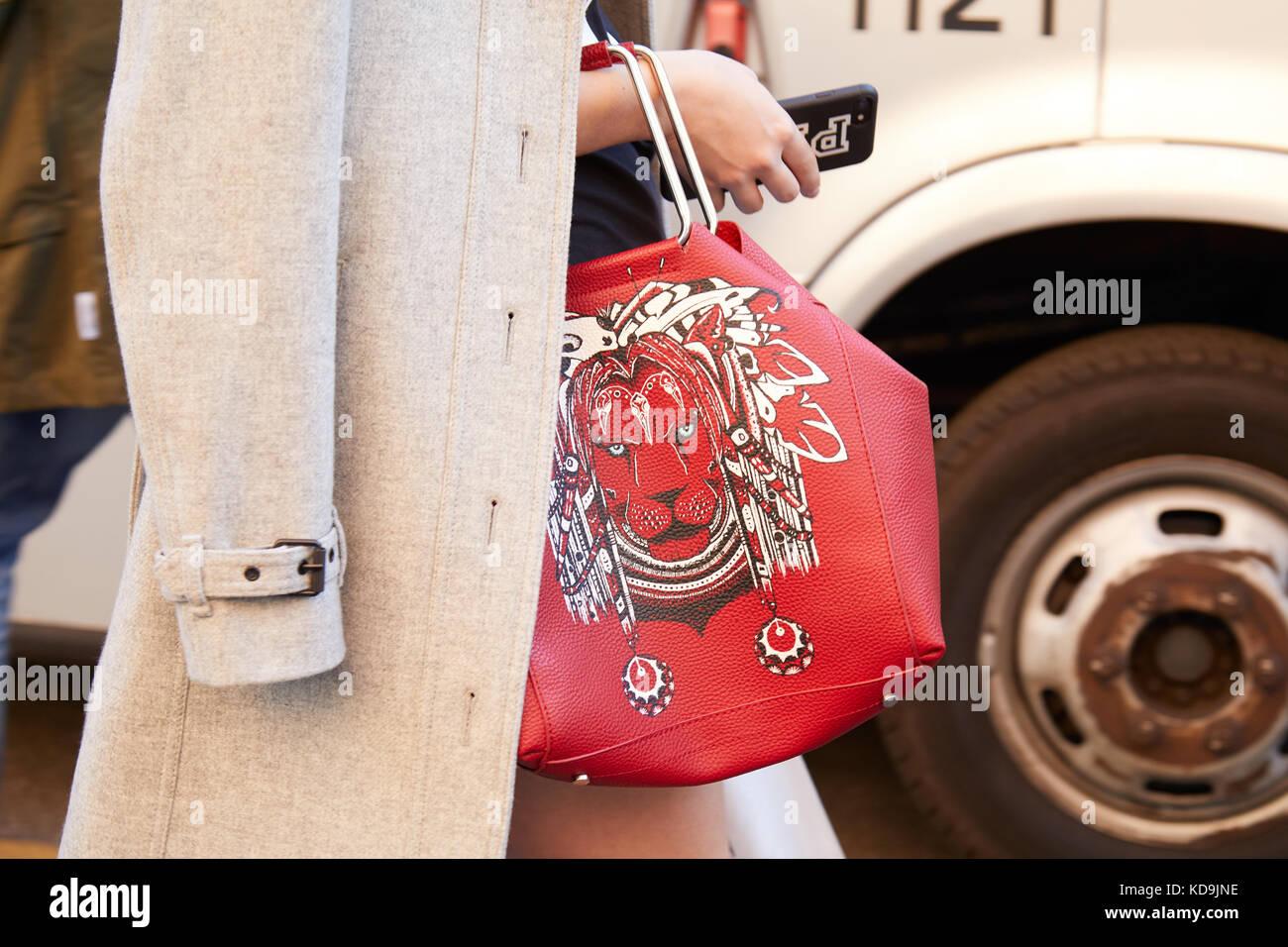18809310c milan-21-de-septiembre-mujer-con-bolsa-de-cuero-rojo -con-diseno-de-leon-antes-de-prada-fashion-show-la-semana-de-la-moda-de-milan- street-style-en-septiembre ...