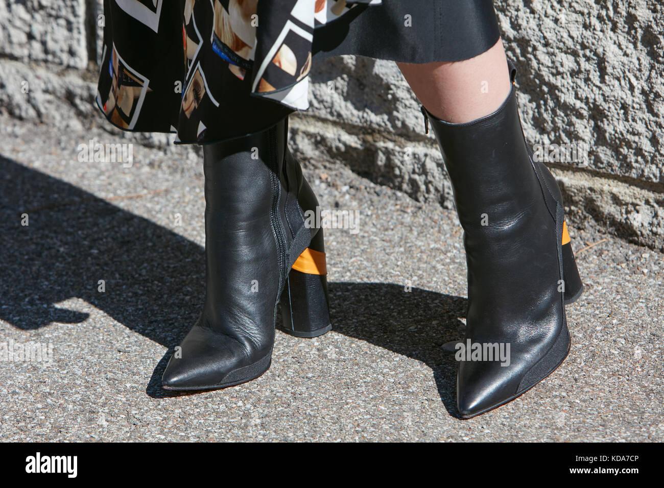 aa724e69 Milán - 20 de septiembre: mujer con botas de tacón alto de cuero ...