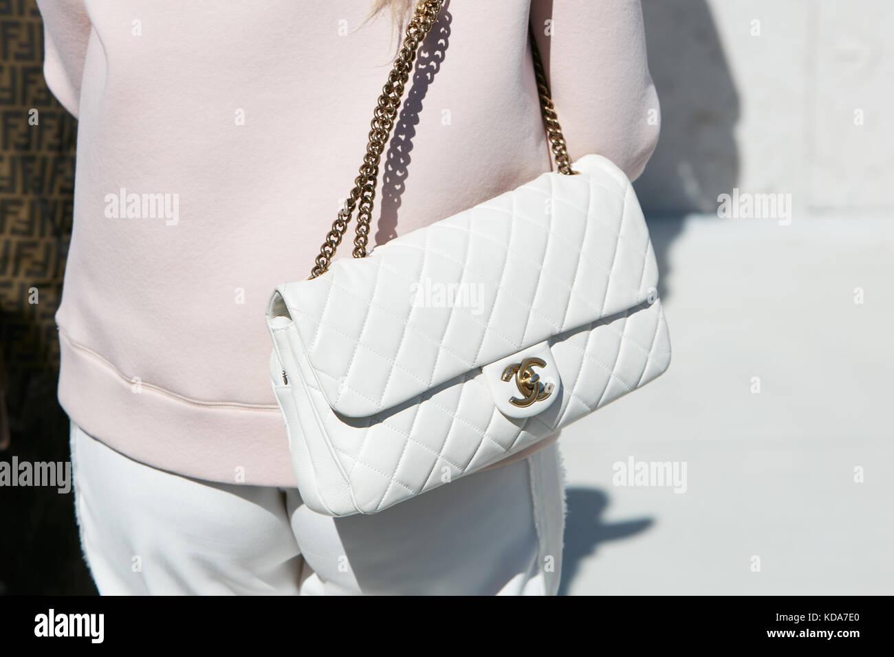 e79b81c4c Milán - 20 de septiembre: mujer con bolsa de cuero de chanel blanco y rosa