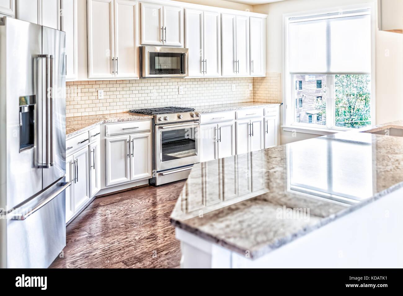 Gris, marrón moderna cocina tiene armarios delanteros con encimeras ...