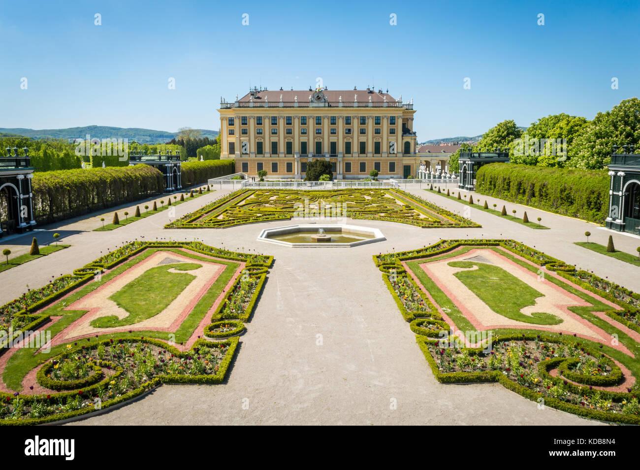 Vista del jardín privado al palacio de Schönbrunn en Austria, Viena. Imagen De Stock