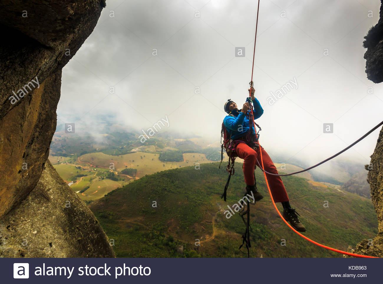 Escalador masculino ascendente en la montaña brasileña. Imagen De Stock