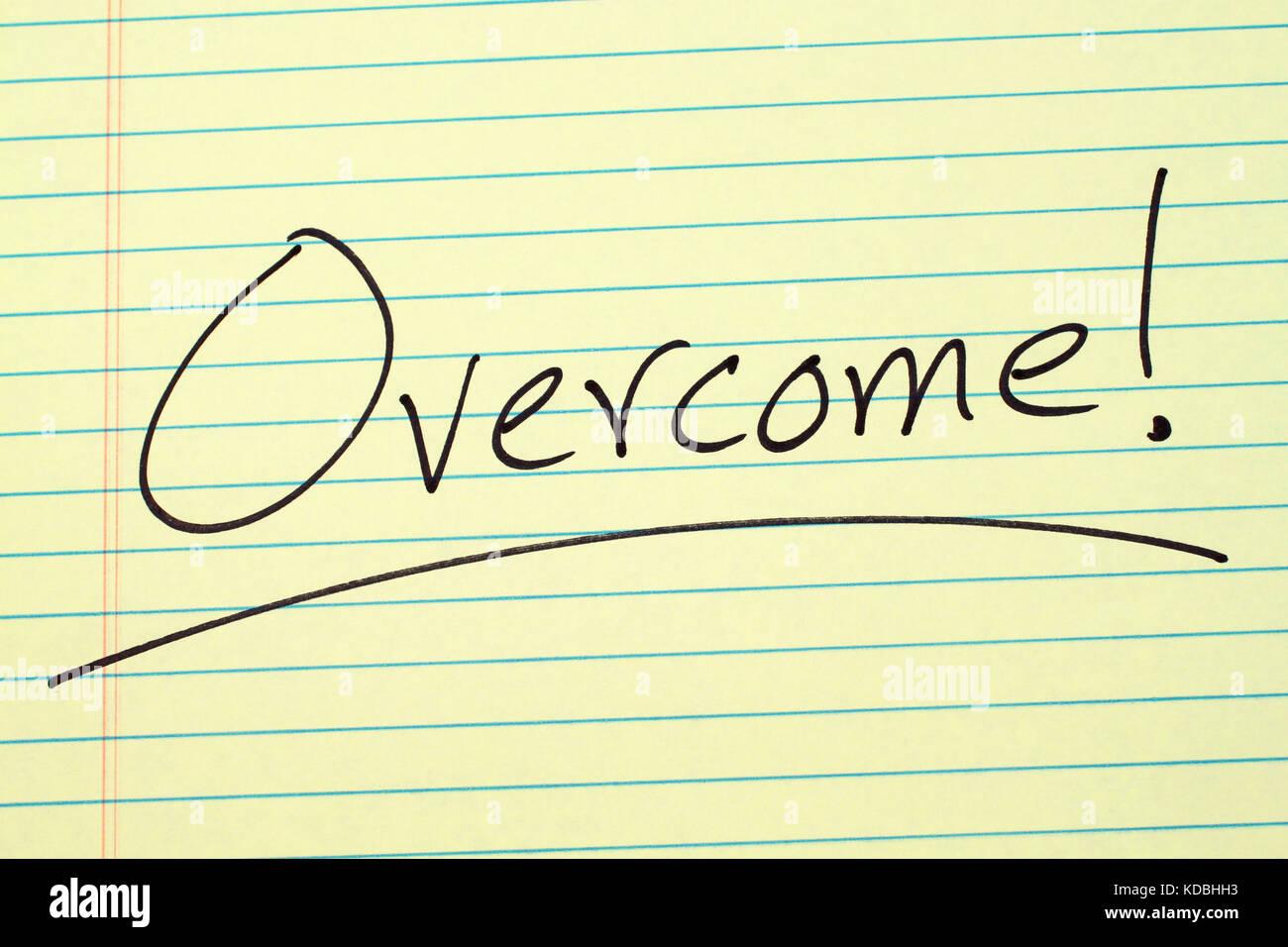 """La palabra """"vencer!"""" subrayó en un bloc de notas de papel amarillo Imagen De Stock"""