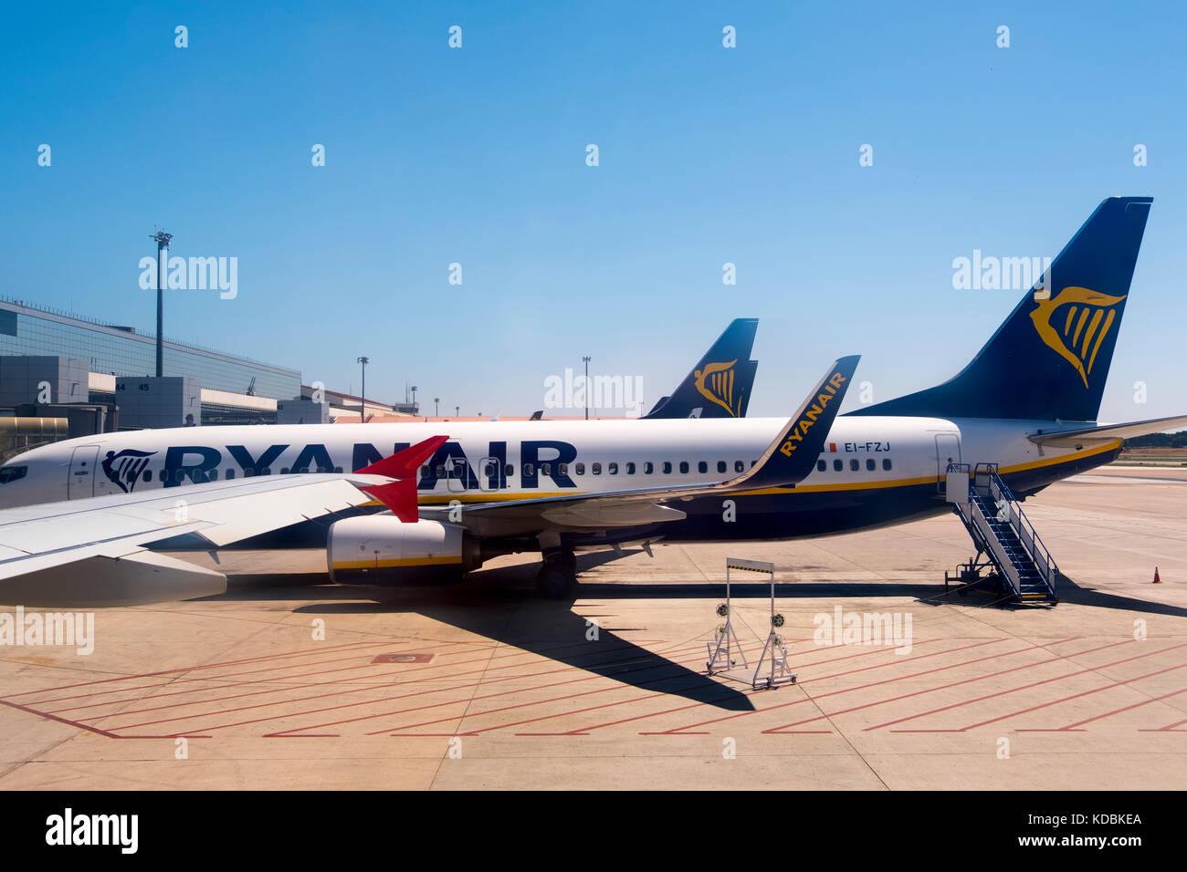 Un avión de pasajeros de Ryanair en el aeropuerto internacional de Málaga Pablo Ruiz Picasso. Costa del Imagen De Stock