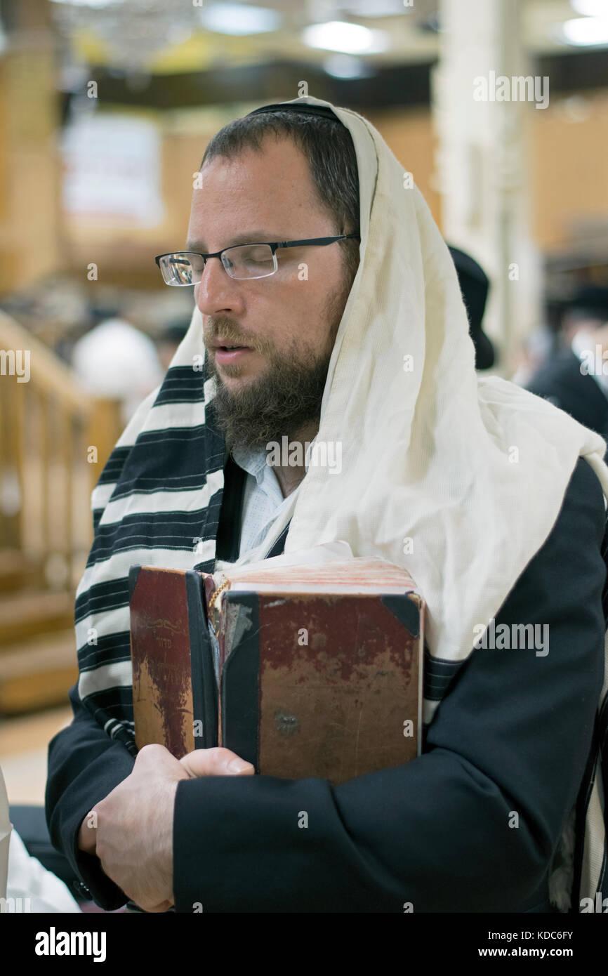 Un hombre judío religioso en ferviente oración en una sinagoga en Brooklyn, Nueva York Imagen De Stock