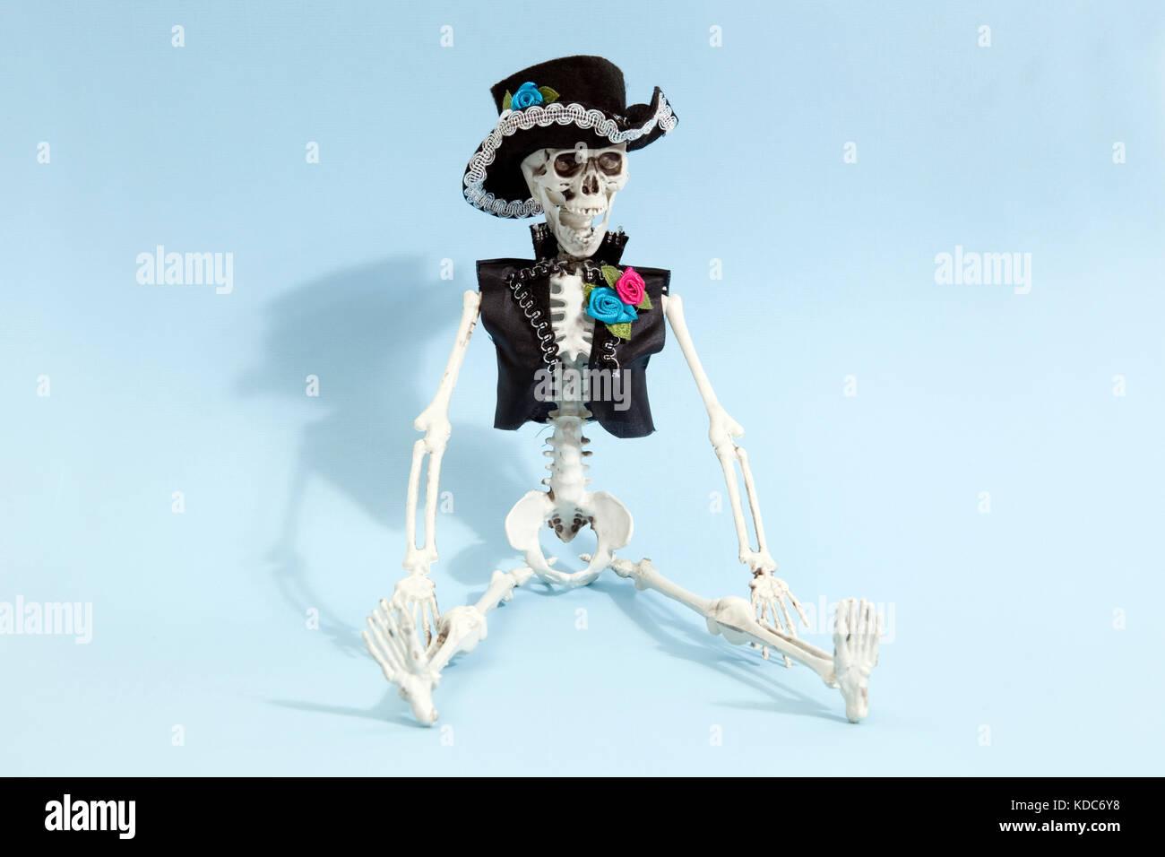 Esqueleto mexicano celebra el dia de los muertos en un azul de fondo ...