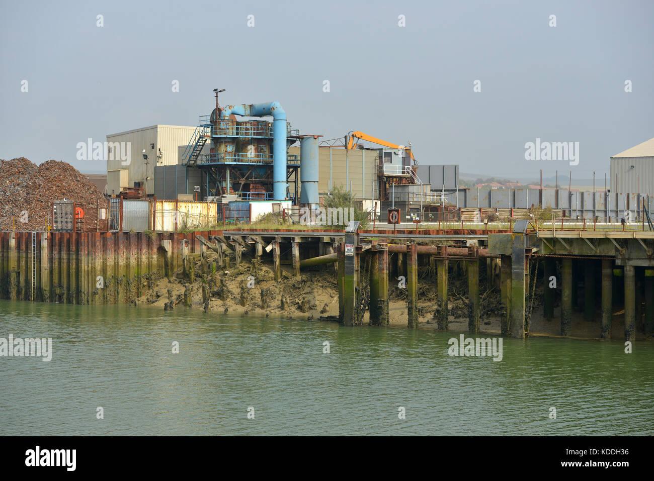 Edificios industriales en un dock/muelle. Newhaven, East Sussex, Reino Unido Foto de stock