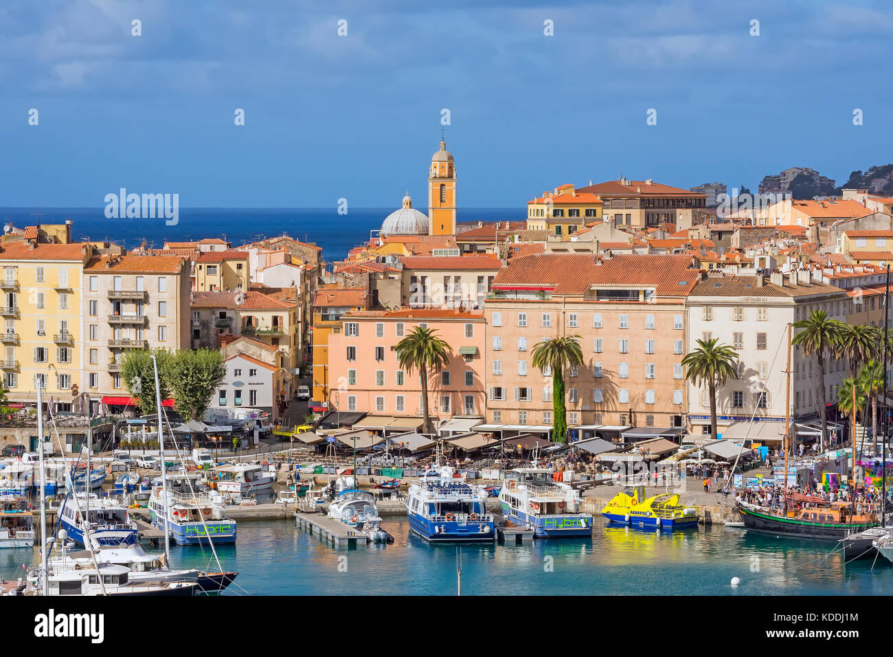 Arriba mirando hacia abajo en Ajaccio puerto deportivo y el casco antiguo de la ciudad, Córcega, Francia. Imagen De Stock