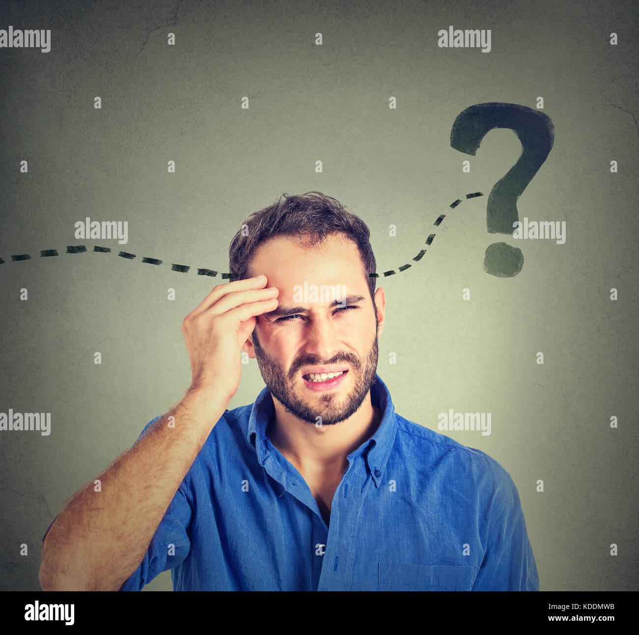 Hombre pensando buscando una solución. Imagen De Stock