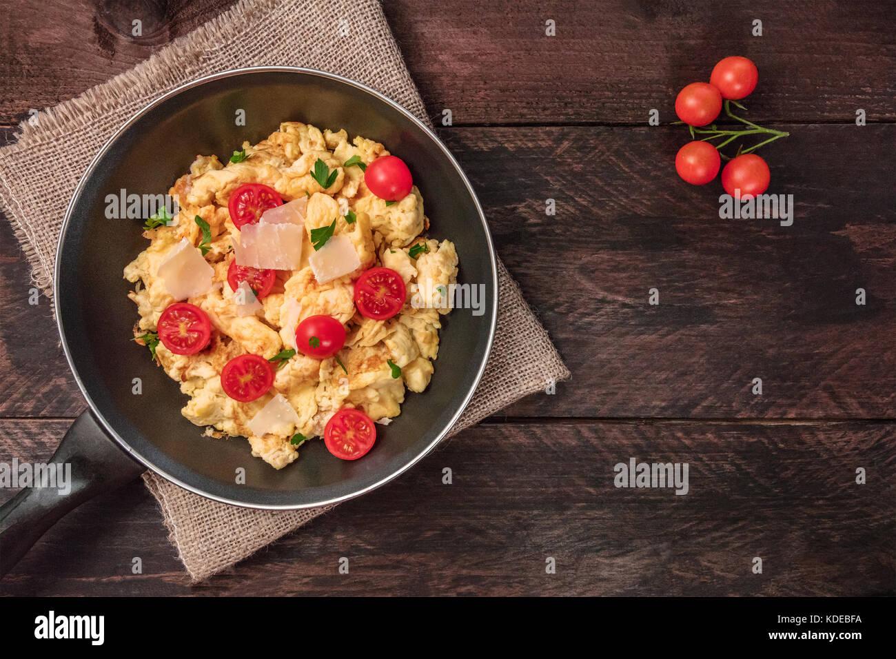Huevos revueltos en sartén con espacio de copia Imagen De Stock