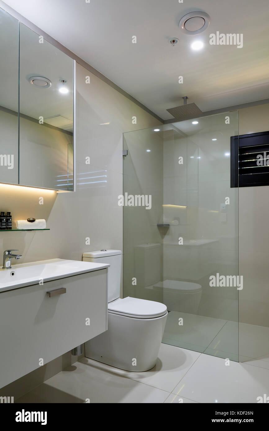 Cuarto de baño con iluminación LED de color. Buena Vida Suites ...