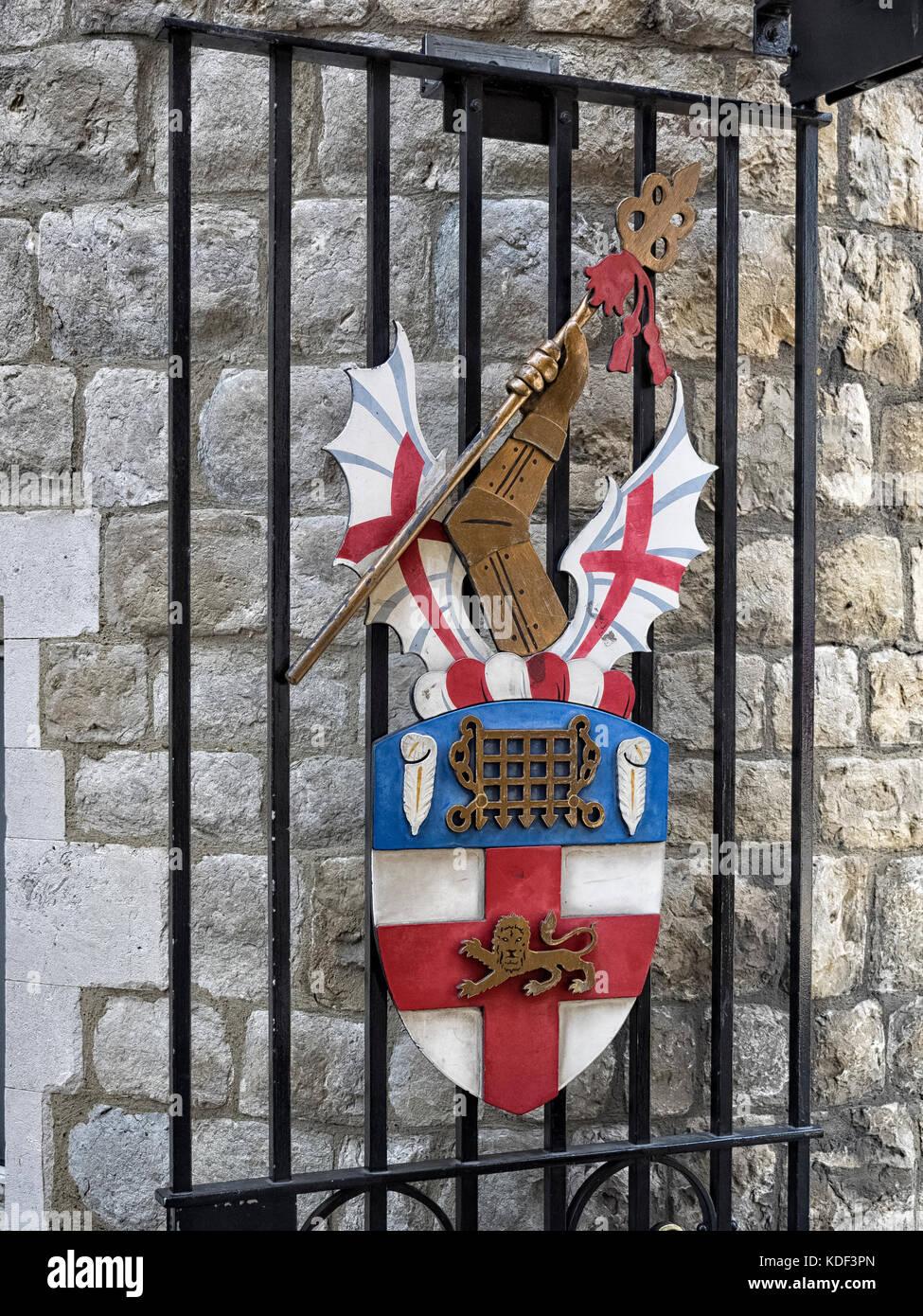 HONORABLE Compañía de artillería: Escudo de armas en los portones de Armería Casa en City Road, Imagen De Stock