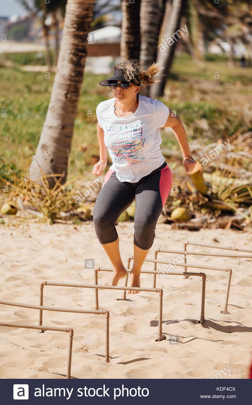Cabedelo, Paraiba, Brasil - Octubre 7, 2017 - La mujer en la playa en circuitos de entrenamiento funcional Imagen De Stock