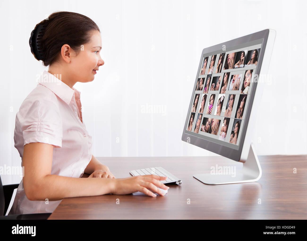 Feliz mujer diseñador profesional de edición de imágenes en Office Imagen De Stock