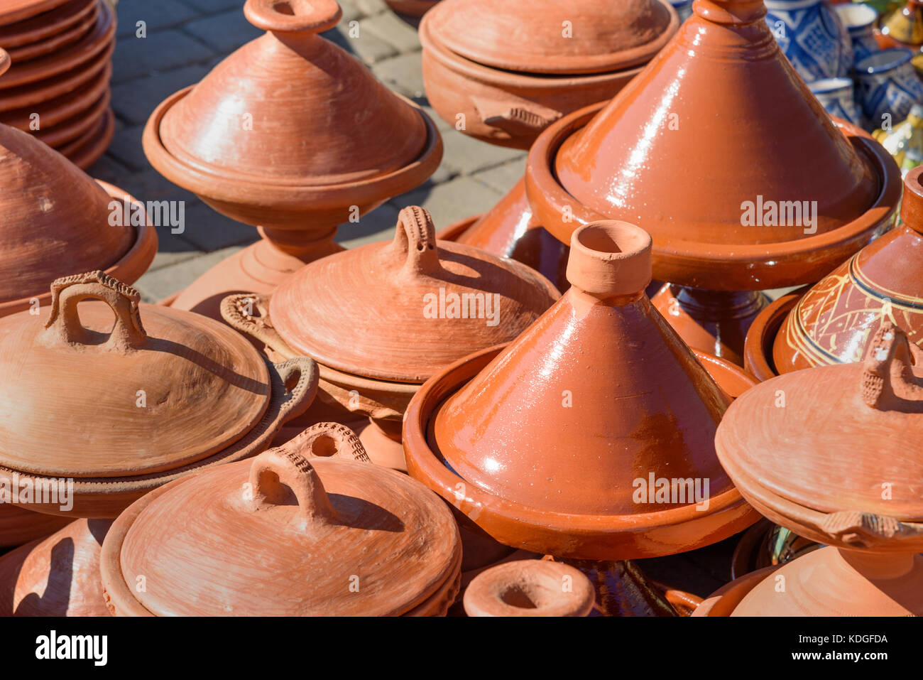 Cerámica Tradicional tagins para venta en el mercado de la ciudad de Meknes. Marruecos Foto de stock