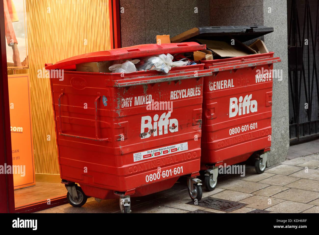 Bandejas biffa bin basura recogida de basura en el contenedor de la gestión de residuos Imagen De Stock