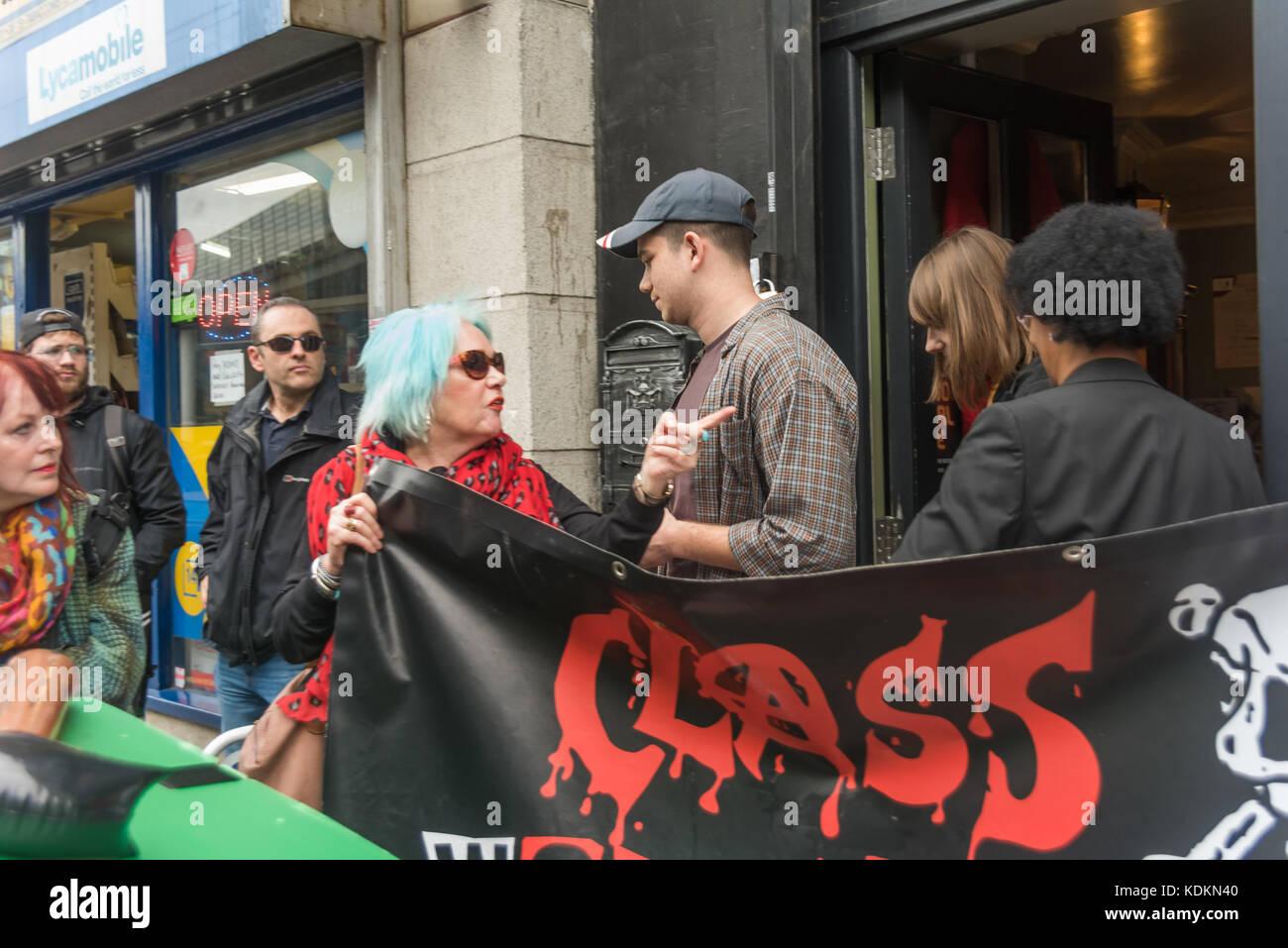 """Londres, Reino Unido. 14 de octubre de 2017. Guerra de clases le pide a dos personas que salen de los llamados """"Museum"""" Foto de stock"""
