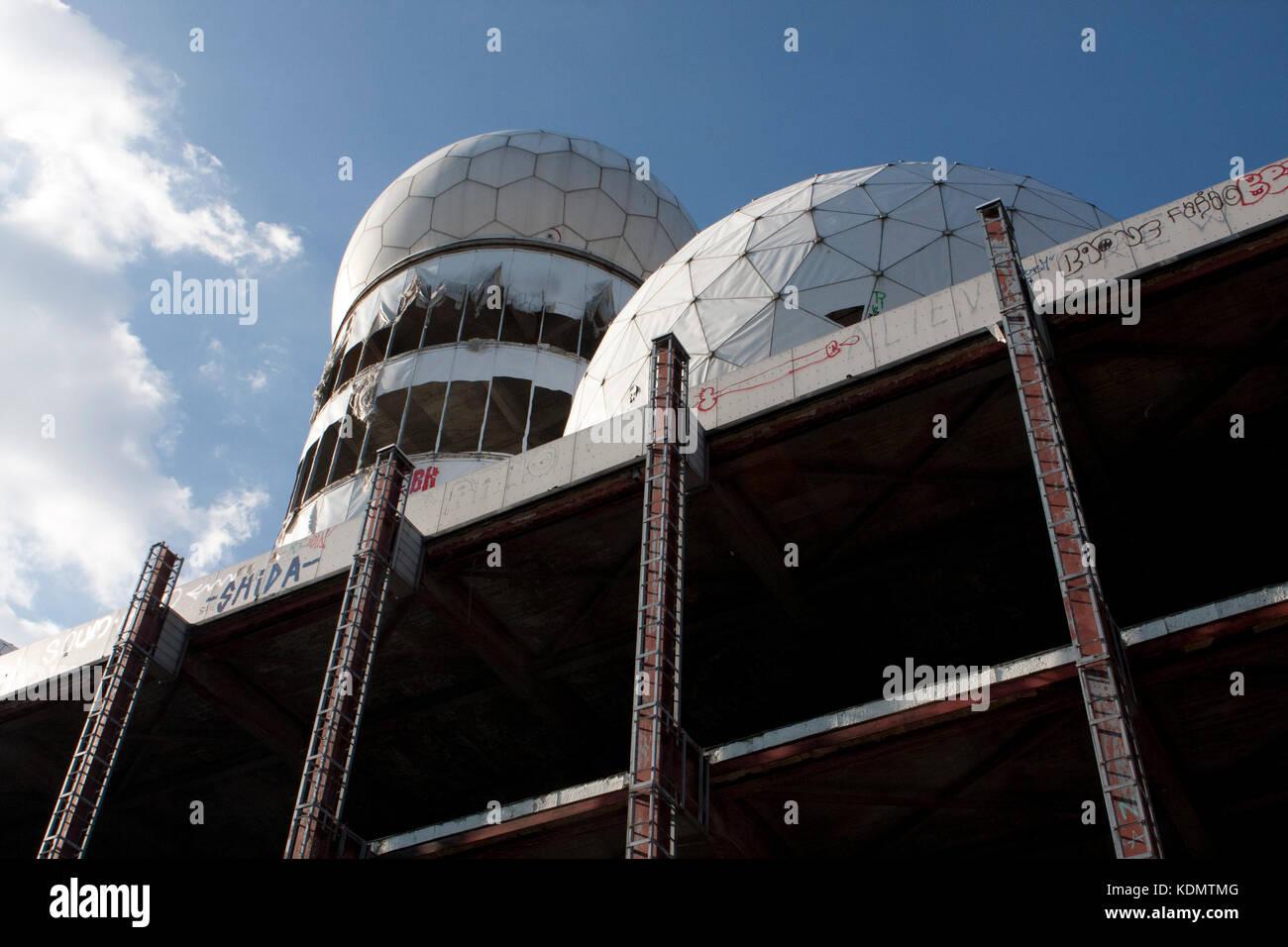 Domos de radar en teufelsburg felsberg desde la guerra fría Imagen De Stock