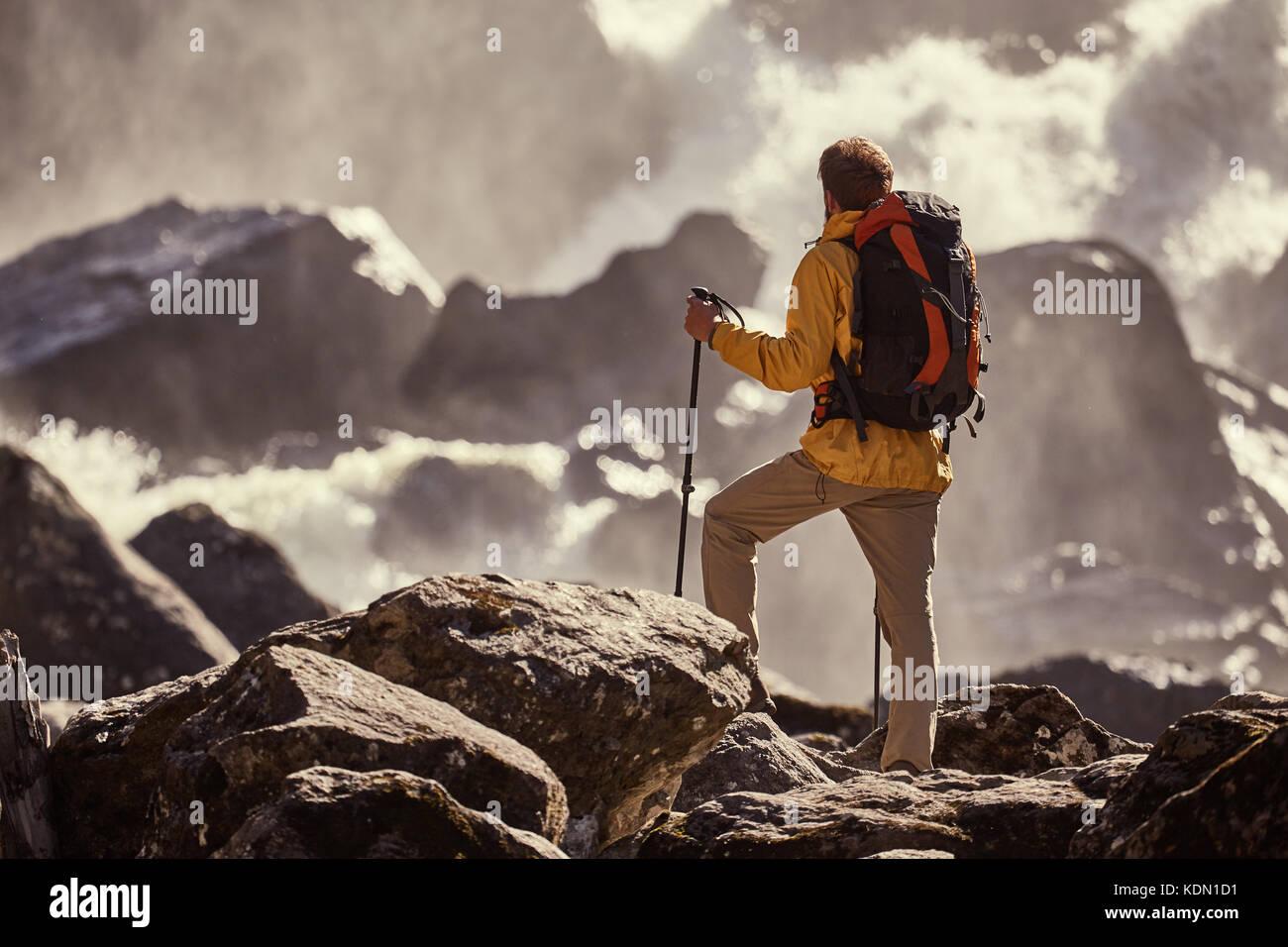 Excursionismo con mochila caminante busca en cascada Imagen De Stock