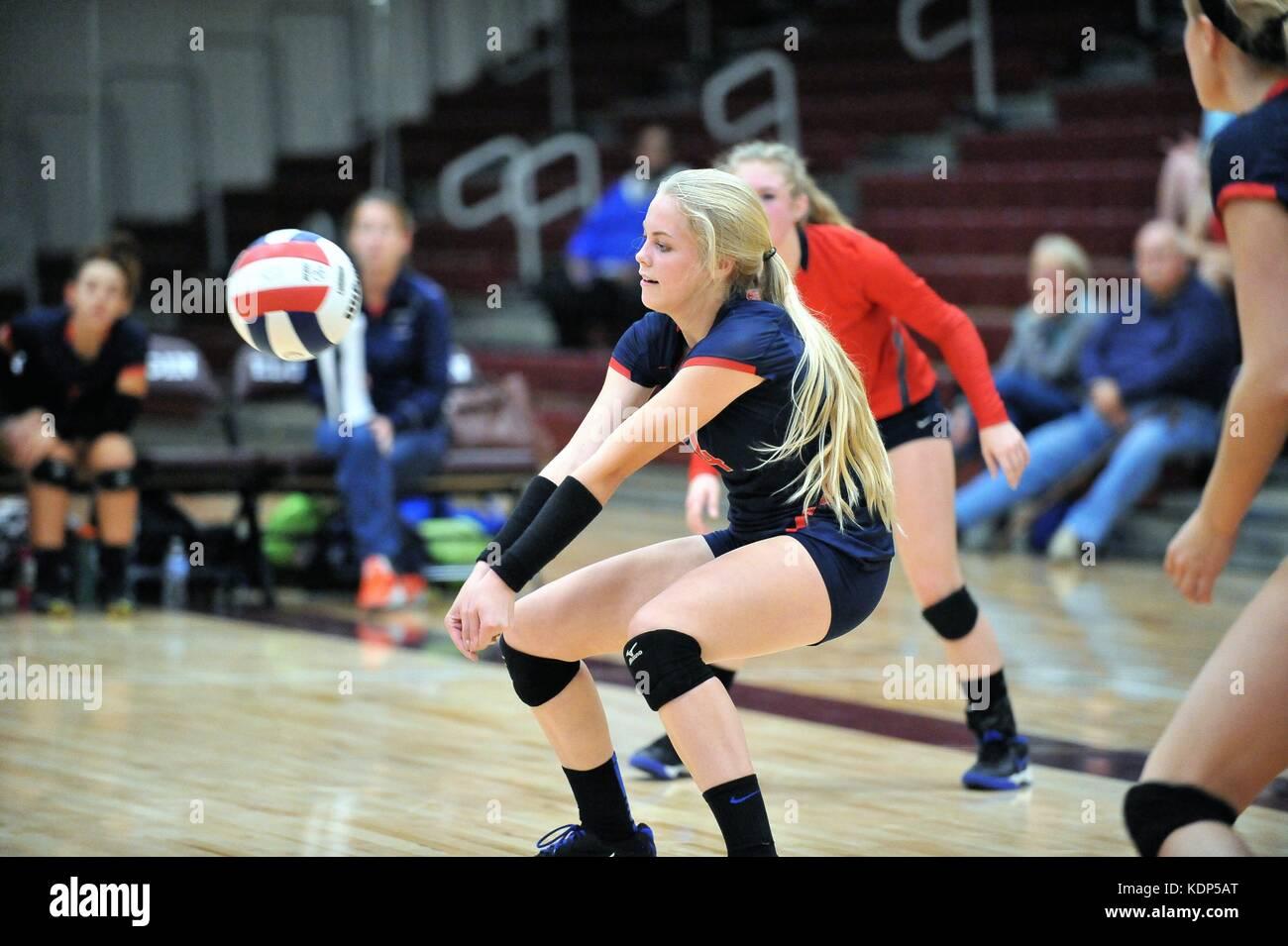 Player ejecuta un servicio de devolución durante un colegio voleibol coincidan. Ee.Uu.. Imagen De Stock