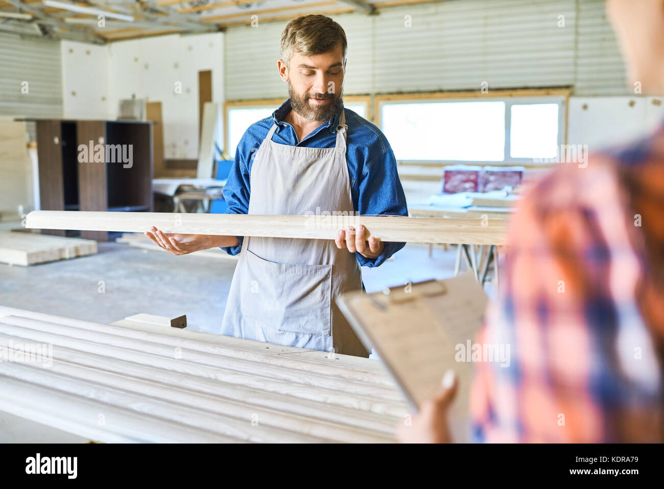 Carpintero calificado elegir material de madera Foto de stock