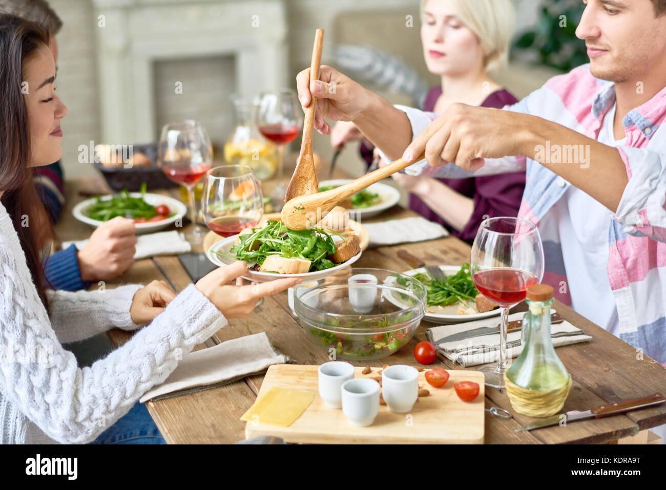 Amigos reunidos en mesa Imagen De Stock
