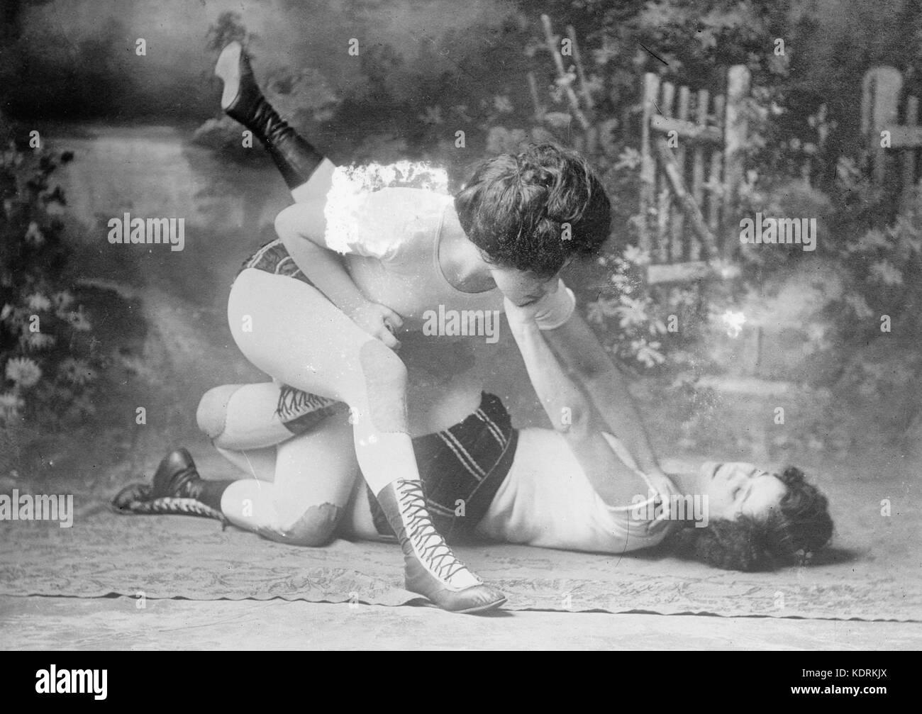 Hermanas Bennet wrestling, circa 1910 Imagen De Stock