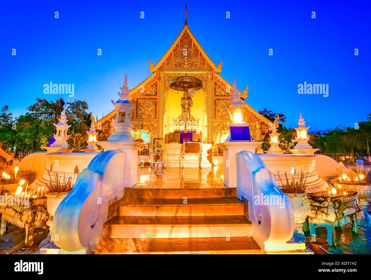 Wat Phra Singh Woramahaviharn situada en la parte occidental del viejo centro de la ciudad de Chiang Mai, Tailandia, Asia Foto de stock