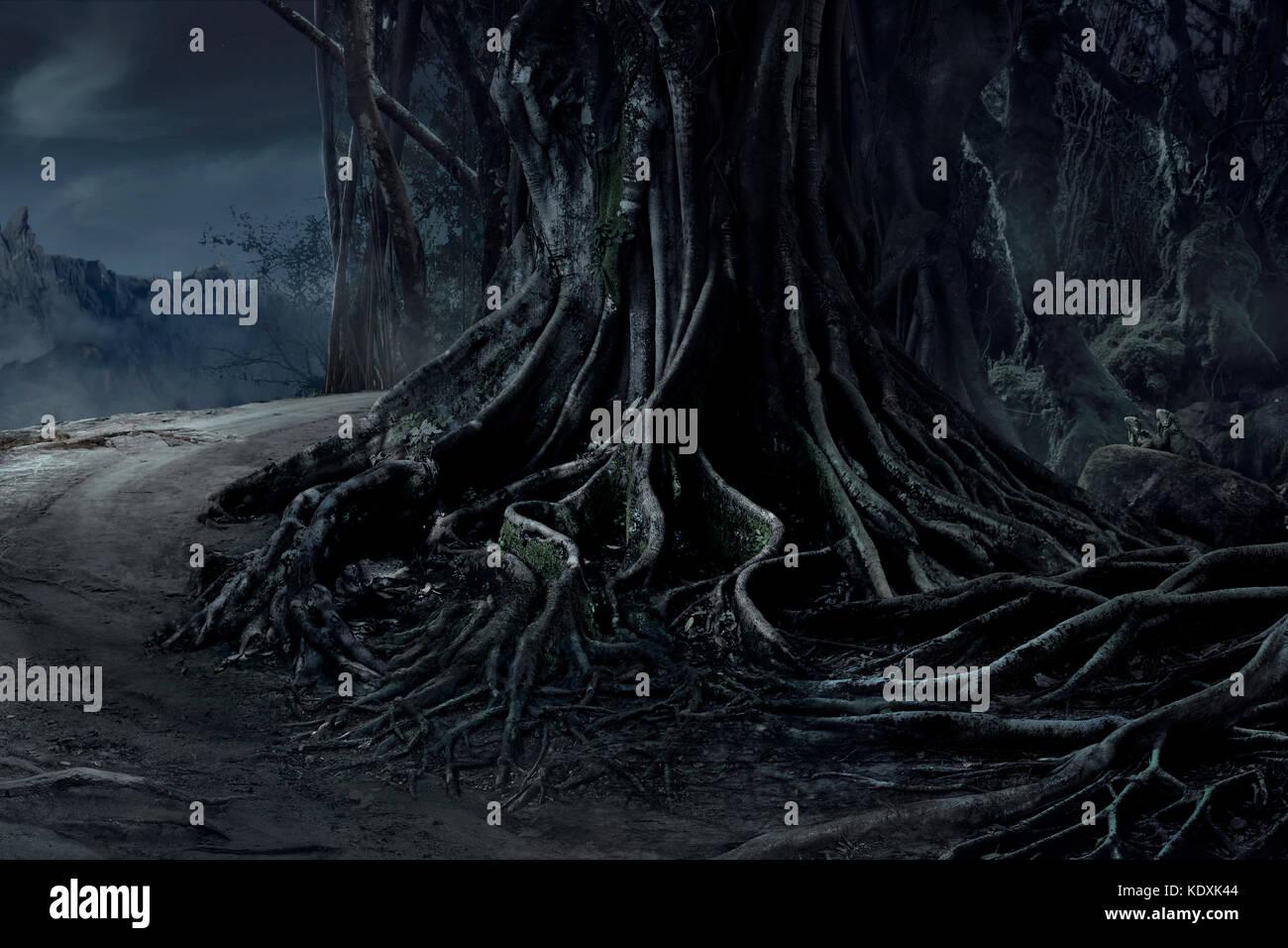 Spooky halloween muerto bosque misterioso árbol grande paisaje con fondo de niebla en la noche Imagen De Stock