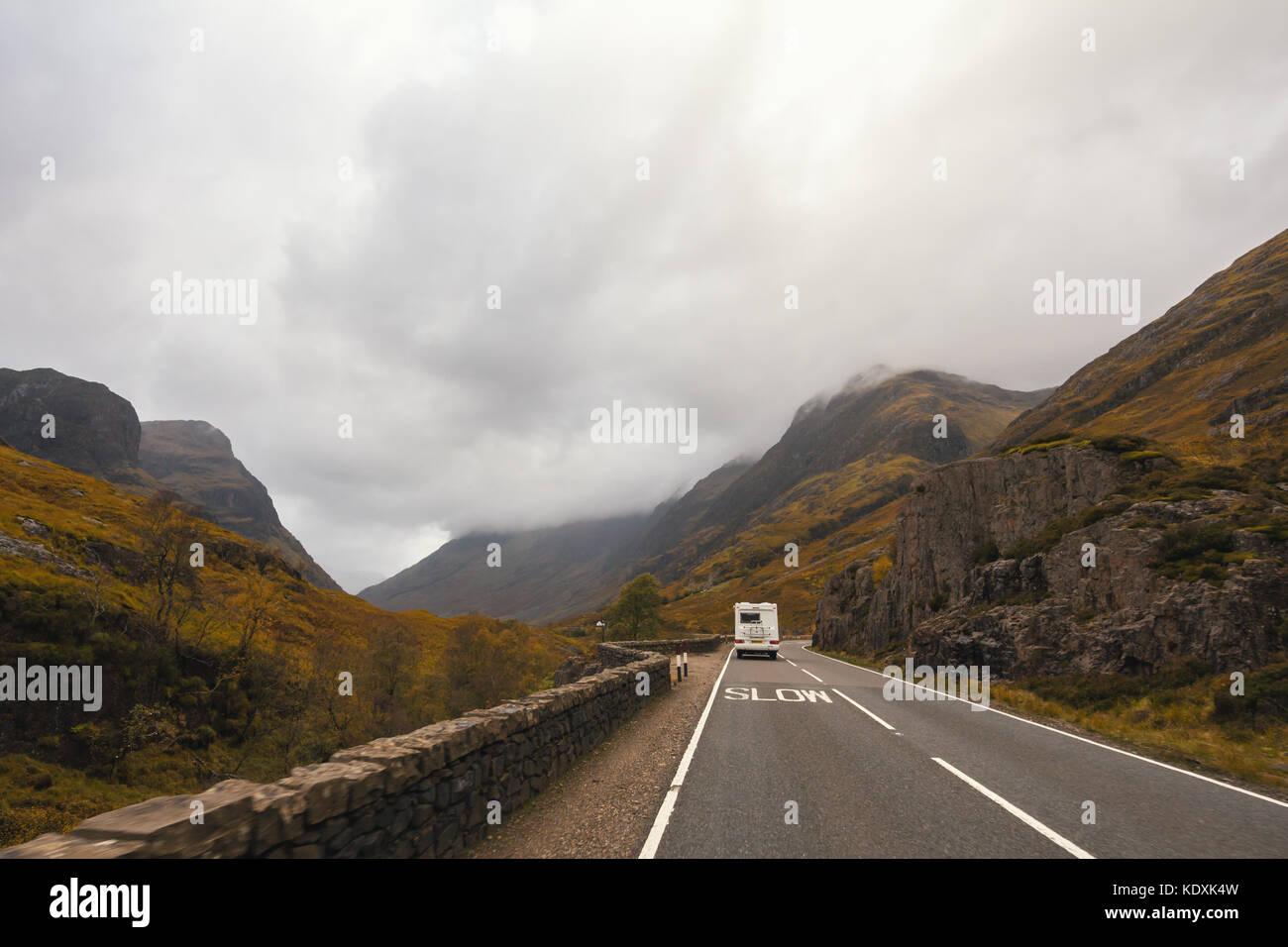 Rv pick-up remolque en carretera de montaña en Escocia Foto de stock