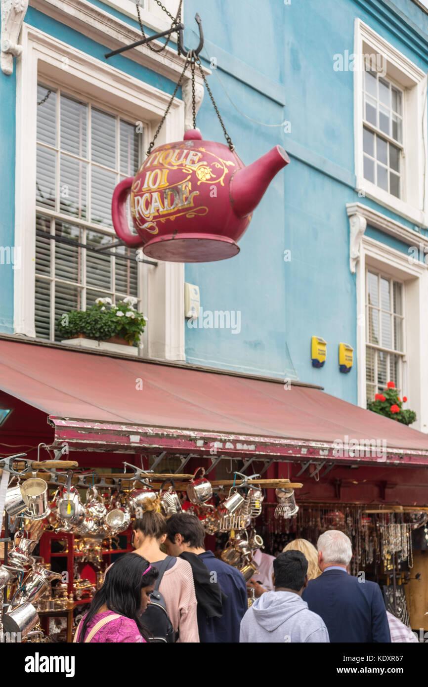 Firmar en forma de Gian tetera fuera del Antique 101 Arcade shop en el mercado de Portobello Road, Notting Hill, Londres, Reino Unido. Foto de stock