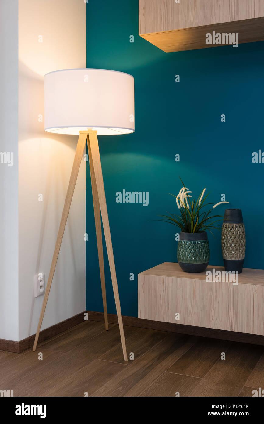 Lámparas y jarrones de gabinete, pared azul en segundo plano. Imagen De Stock