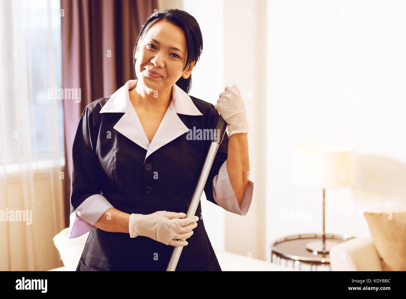 Encantadora camarera extranjera expresando positividad Imagen De Stock