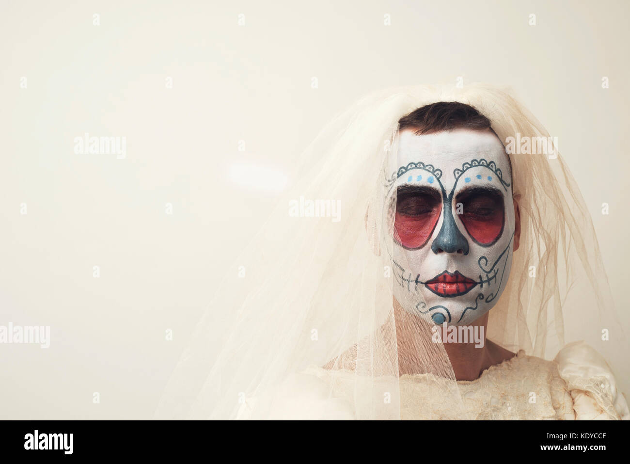 Primer plano de una persona con el pelo corto en una novia con un maquillaje  calaveras mexicanas 08022f118ca