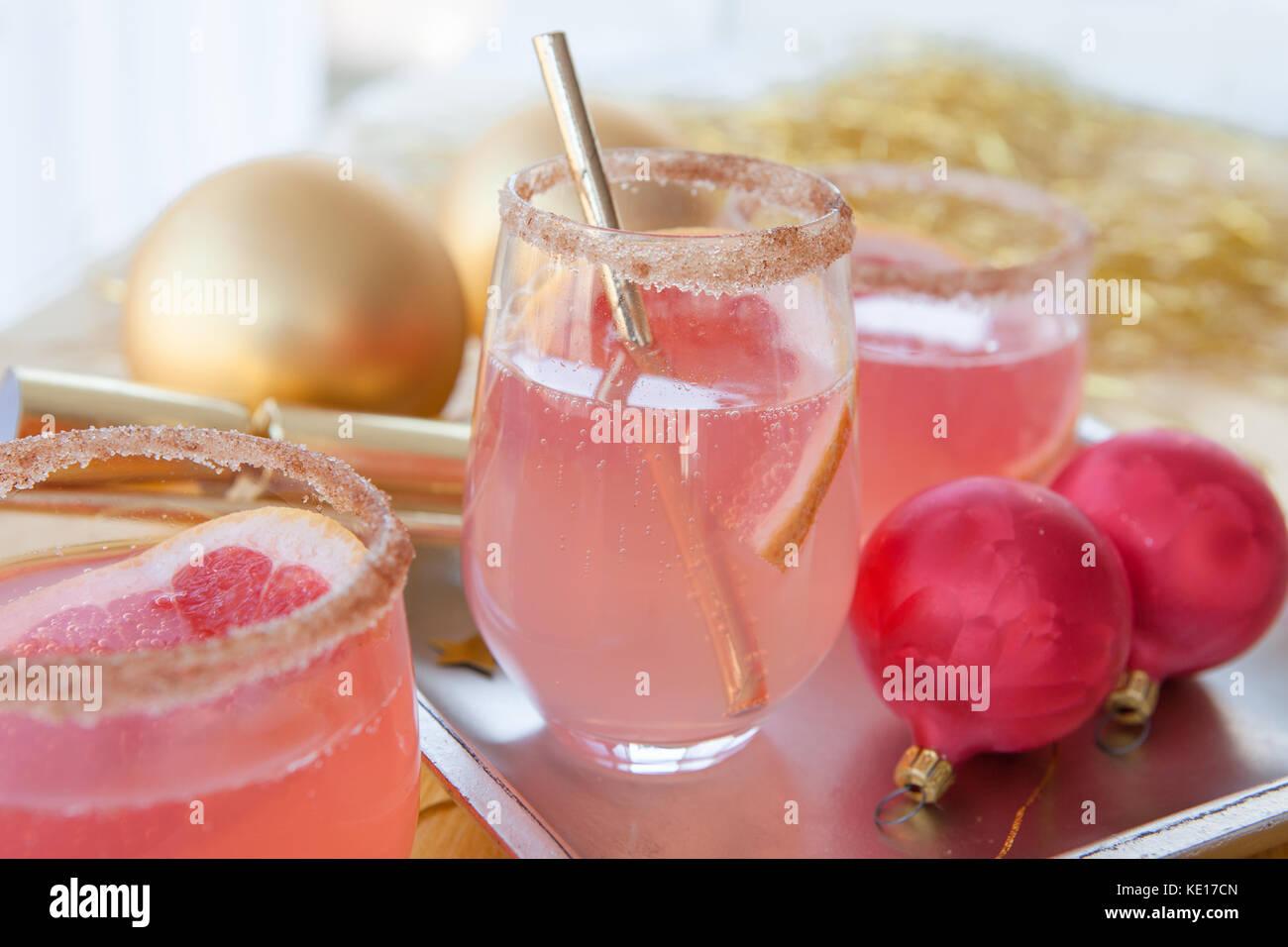 Rosa burbujeante cóctel y adornos navideños Imagen De Stock