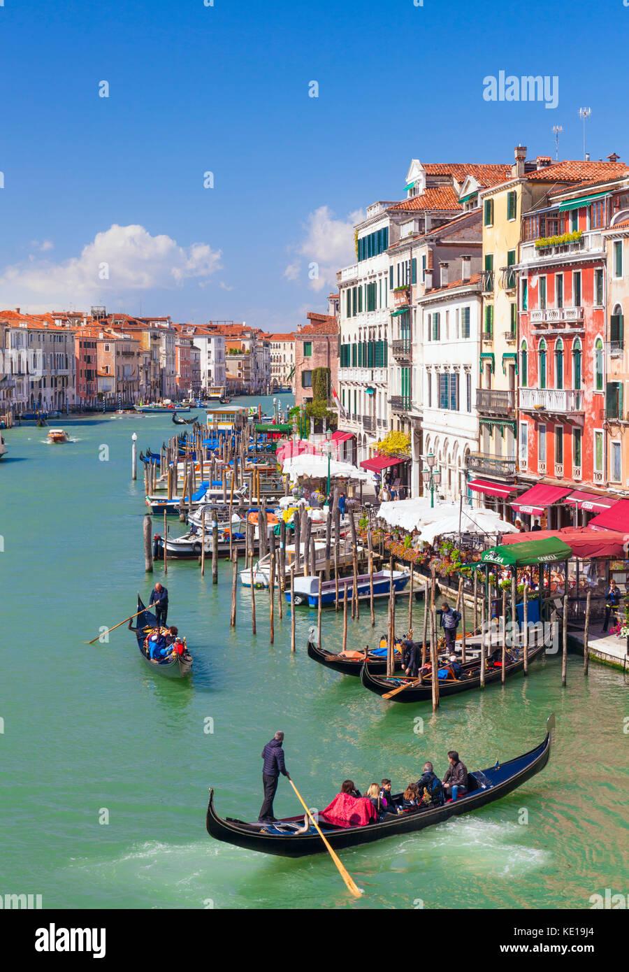 Venecia Italia Venecia gondolero remo una góndola llena de turistas en un paseo en góndola por el Gran Imagen De Stock