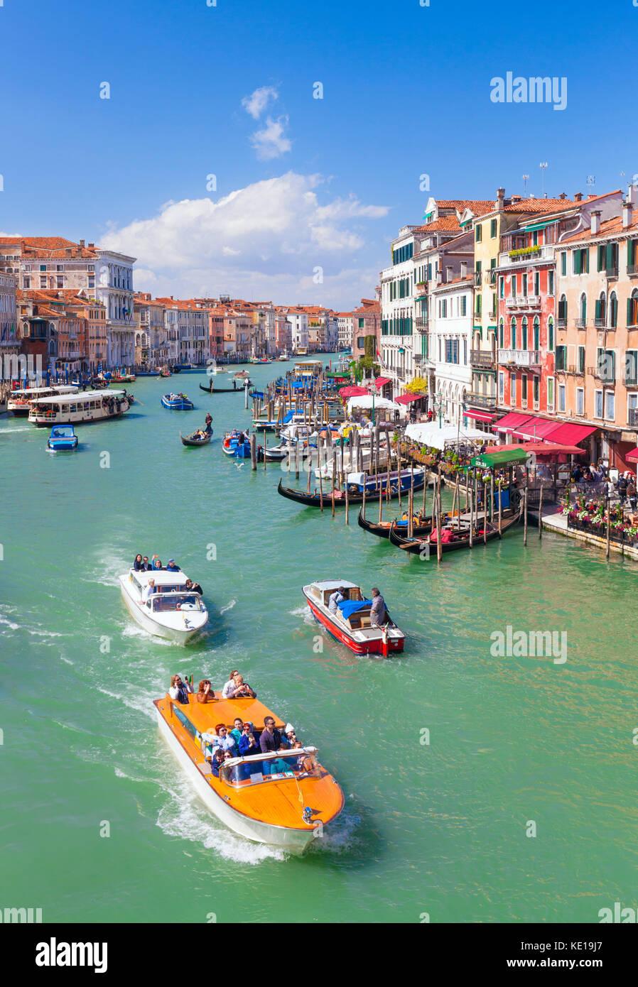 Venecia Italia Venecia ACTV Vaporettos water taxi o autobús de agua y pequeñas embarcaciones a motor Venecia Imagen De Stock
