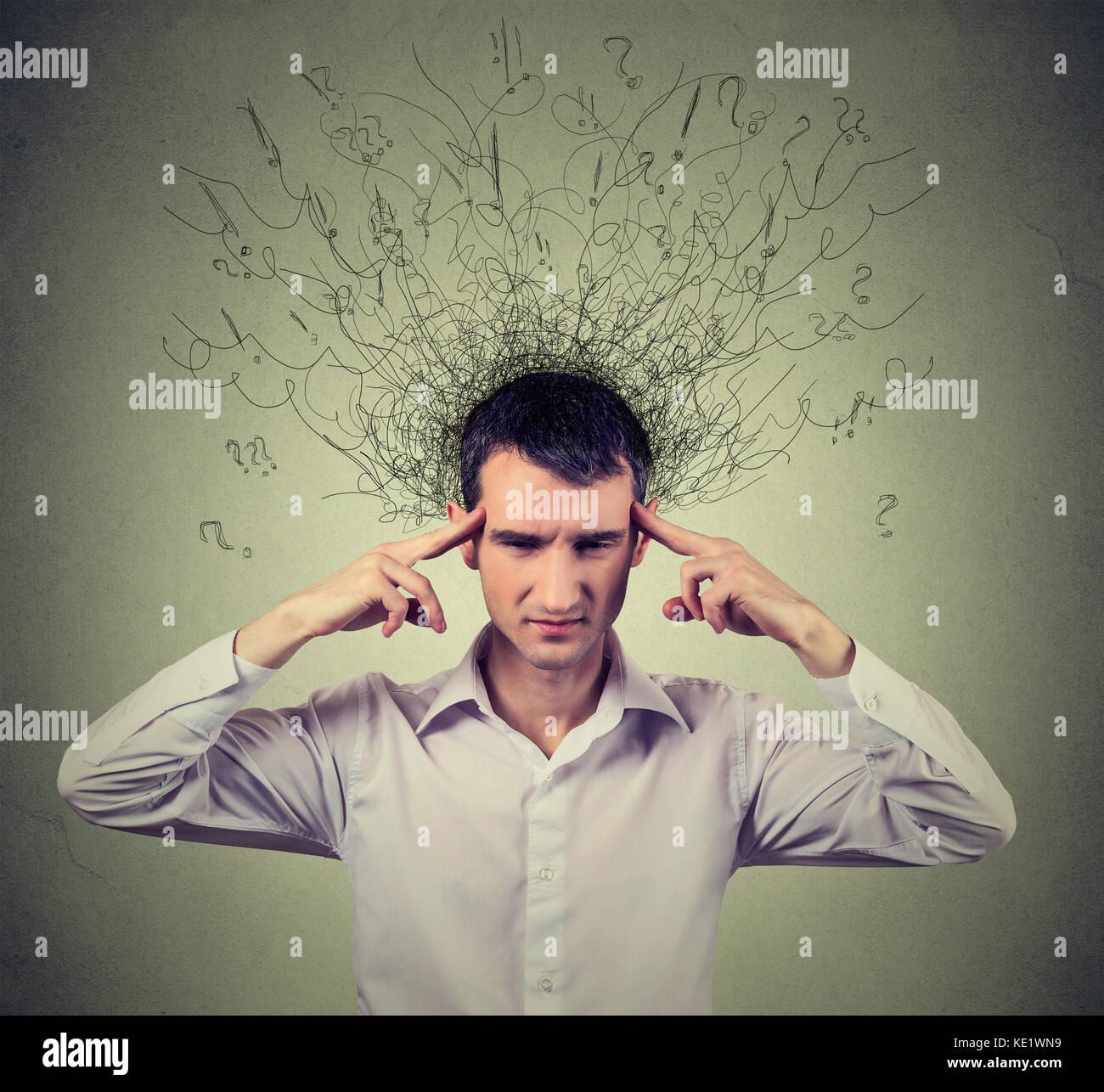 Closeup triste joven con expresión de cara destacó preocupados y derretimiento de cerebro en líneas Imagen De Stock