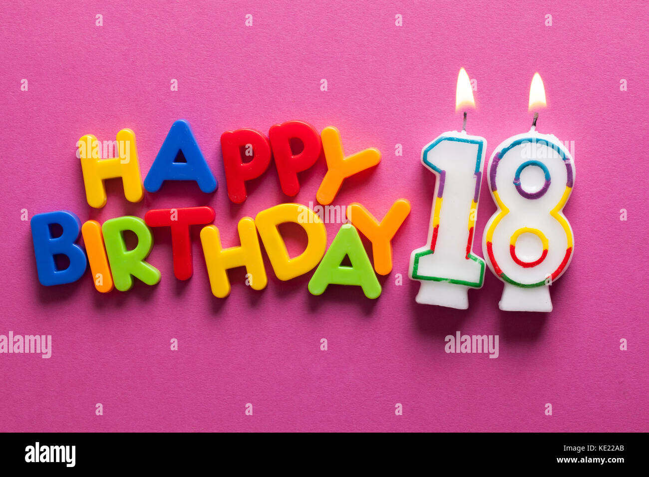 7a8b76152 Feliz celebración del cumpleaños número 18 de vela Foto   Imagen De ...