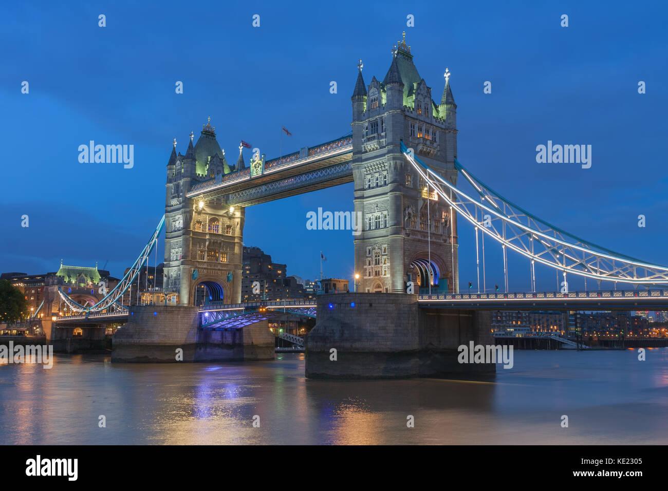 Tower Bridge en la noche, Londres, Inglaterra. Imagen De Stock