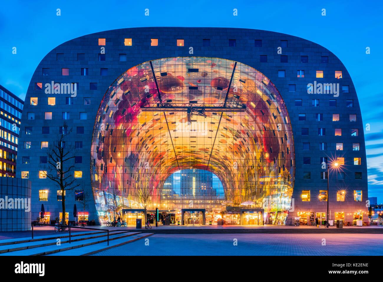 Market Hall en el distrito blaak de Rotterdam, Países Bajos al anochecer. Es un edificio de oficinas y residenciales Imagen De Stock